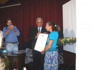 Entrega a Noemia Romero del Diploma de oro por sus 50 años de trabajo en la Biblioteca Nacional