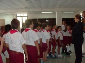 Niños de la escuela Angela Landa que son recibidos en el Loby de la biblioteca por la promotora Nuris Estévez