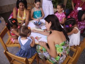 Niños pintando sobre temas de cuentos narrados en el portal de la biblioteca