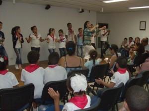 Actividad en la sala teatro con los premiados y asistentes al Concurso La Giraldilla quiere saber